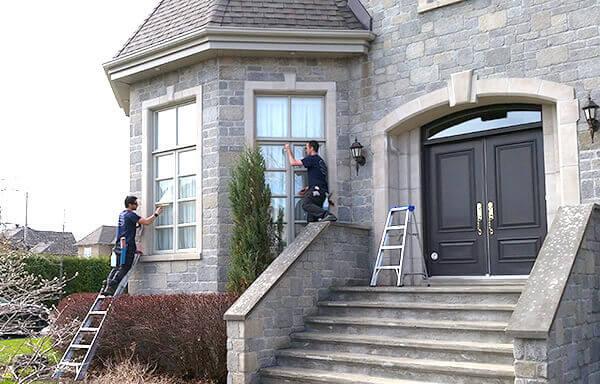 Equipe vitrisimo qui lave des vitres d'une maison de Boucherville