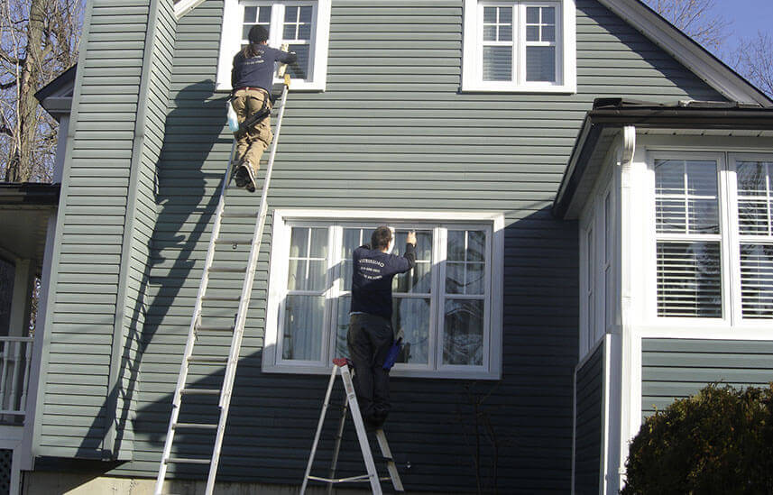 Une équipe vitrissimo entrain de nettoyer les fenêtres d'une villa à Candiac dans la banlieu de longueil