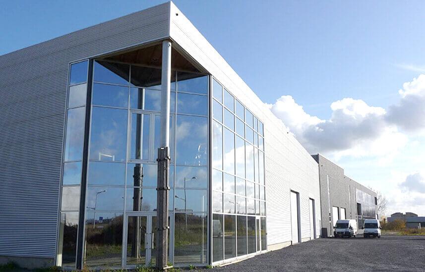 Entrepôt de longueil avec revêtement en aluminium et grandes vitres